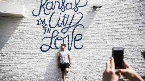 Posando frente a un mural en Kansas City, Misuri