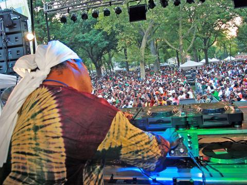 Un DJ mantiene al público de pie en Dance Day de Lincoln Park Music Festival