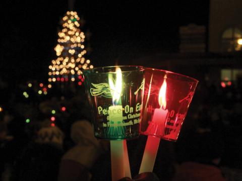 Iluminando el camino en la Candle Walk de las fiestas de fin de año