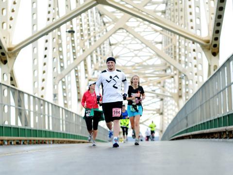 Un corredor feliz ingresa en Sault International Festival of Races