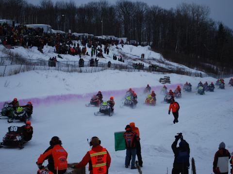 Participantes animadísimos en la Annual I-500 Snowmobile Race