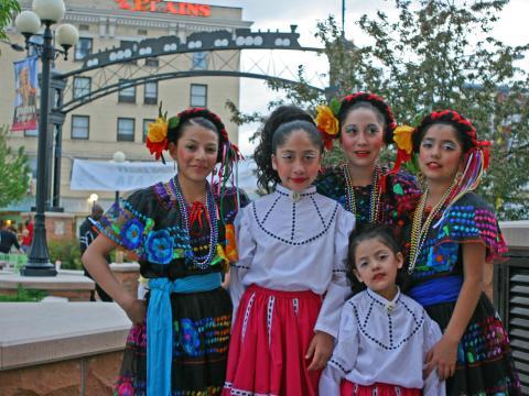 Bailarines con trajes tradicionales para el Hispanic Festival de Cheyenne