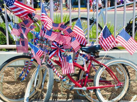 Bicicleta patriota durante la celebración del Día de la Independencia