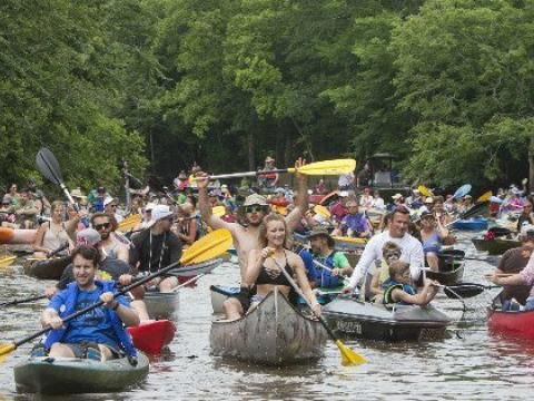 Remadores alegres en Bayou Vermilion Boat Parade