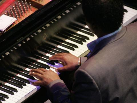 Tocando el piano en Gilmore International Keyboard Festival