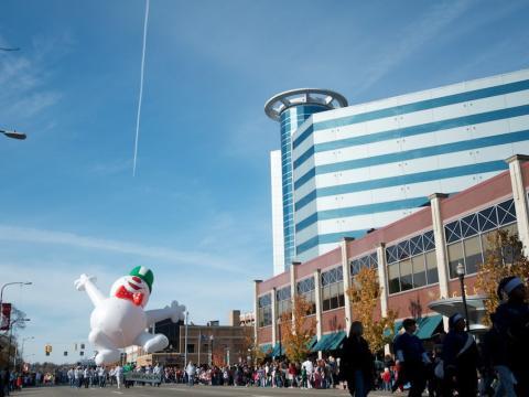 El desfile de las fiestas de fin de año encabezado por un alegre muñeco de nieve