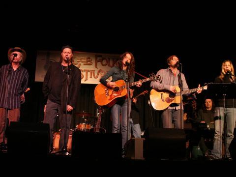 Cantando con entusiasmo en Moab Folk Festival