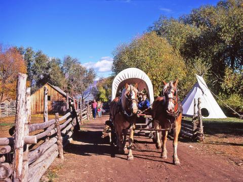Paseos en carreta en el Fall Harvest Festival en el American West Heritage Center