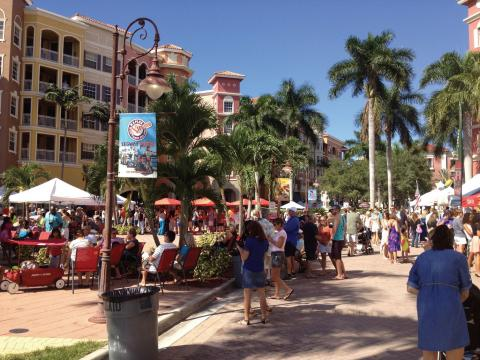 Público reunido para el Stone Crab Festival en Naples, Florida