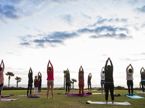 Yoga frente al mar durante el Amelia Island Wellness Festival