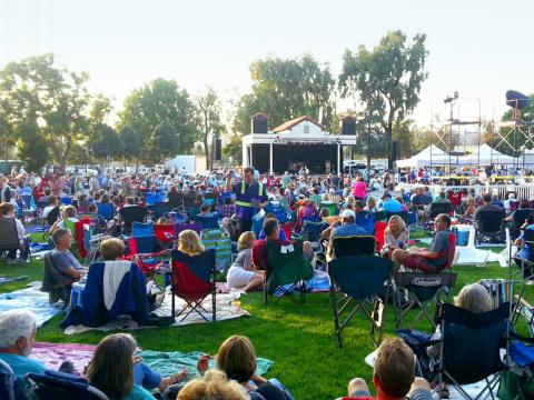 Gente disfrutando música en vivo al aire libre en el Camarillo Arts Council Summer Concerts in the Park