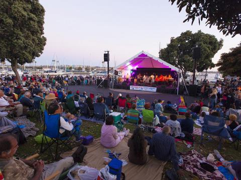 Una multitud escucha a la banda tocar en vivo durante la serie de conciertos de verano de Marina del Rey