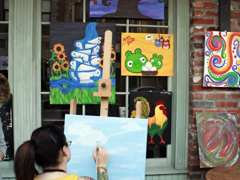 Un artista trabajando durante el evento Spring Art Walk en Lake Charles