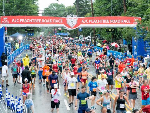 Corredores terminando la Peachtree Road Race en Atlanta, Georgia