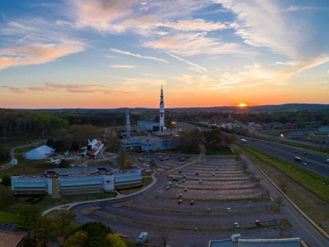 Vista al Space and Rocket Center en Huntsville, Alabama