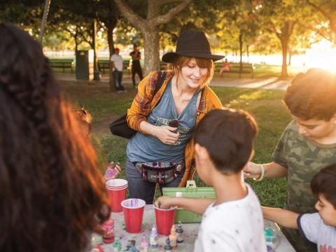 Niños creando artes y artesanías durante la Stockton Arts Week en California