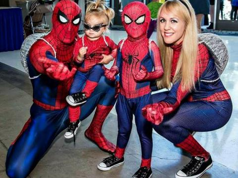 Fanáticos de Spiderman en el evento StocktonCon en Stockton, California