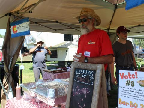 Un vendedor de barbacoa participando en la competencia Beat the Heat BBQ, Brews & Chili en Alamosa, Colorado