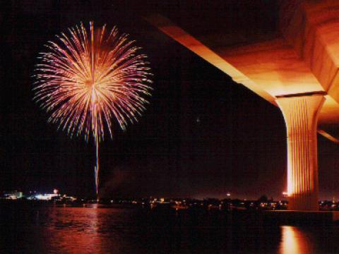 Exhibición de fuegos artificiales durante el Cuatro de julio en Stuart, Florida