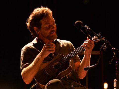 Eddie Vedder presentándose en el Ohana Music Festival en Dana Point, California