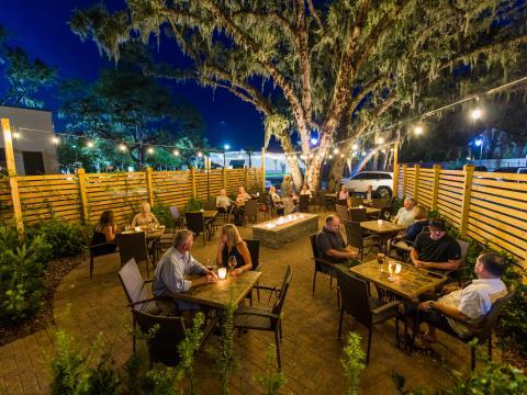 Cenando en el patio del restaurante Lagniappe en Amelia Island, Florida